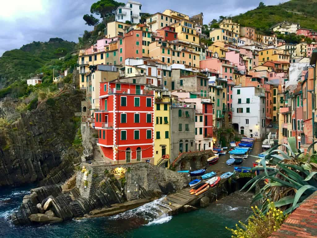 RIOMAGGIORE, ITALY | Why Riomaggiore is my favorite Cinque Terre town to base myself in, what to do in Riomaggiore and where eat, stay, and more! How to visit Cinque Terre.