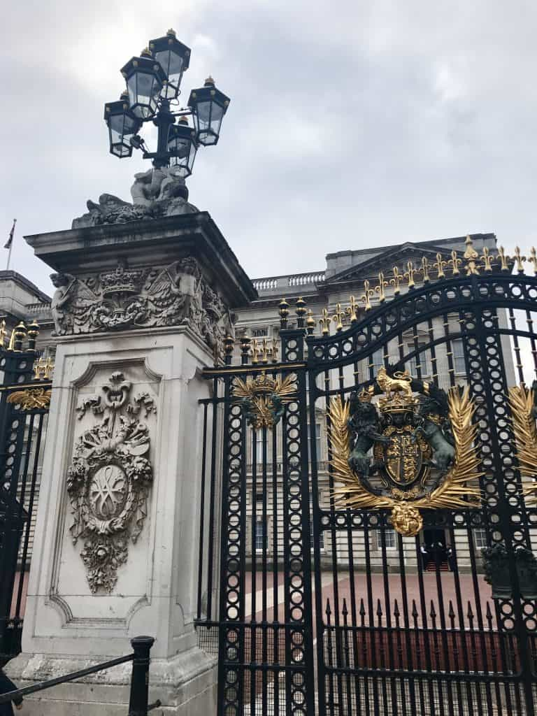 Wave hi to the royals at Buckhingham Palace! 11 tips to make the most of 24 hours in London | One Girl, Whole World