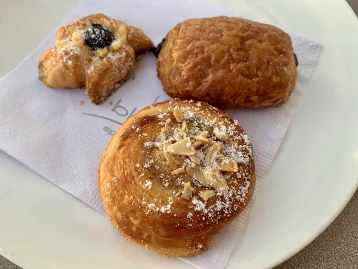 The mini pastries at K'akau were delightful - a guide to LeBlanc Cancun restaurants