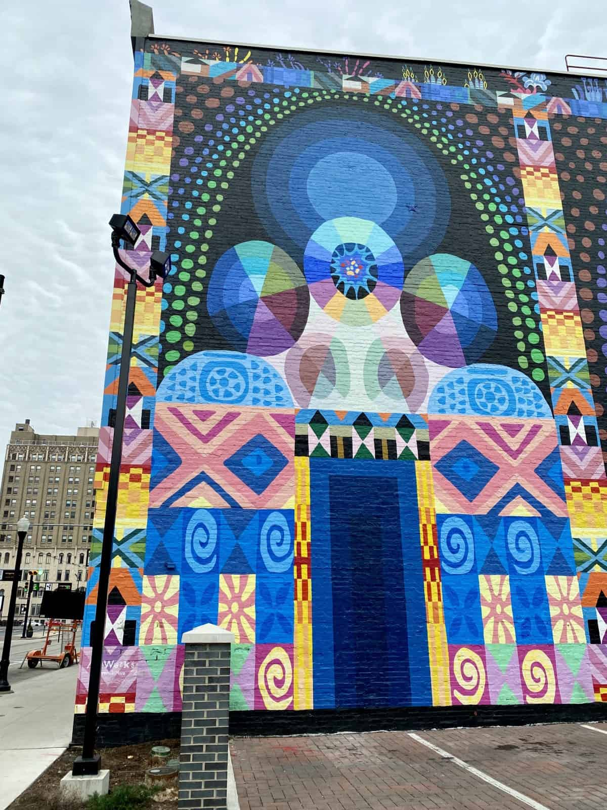Exploring the Street Art & Murals in Cincinnati | You'll be blown away by Cincinnati's vibrant murals, scattered all over the city in all different styles. How to discover Cincinnati's street art, which murals are must-see, what to do in Cincinnati, itinerary ideas. #streetart #murals #cincinnati #ohio